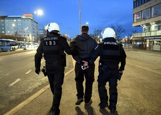 Полиция задержала 60 человек в Хельсинки на акции против коронавирусных мероприятий