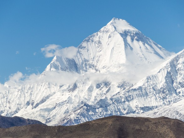 """COVID-19 после Эвереста """"ударил"""" по новым высотам в Непале: с пика Дхаулагири эвакуировали почти 20 инфицированных альпинистов"""
