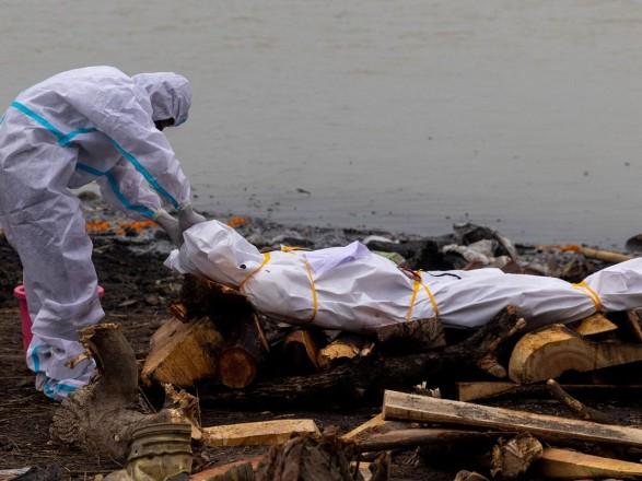 В Индии тела умерших от коронавируса сбрасывают в реку