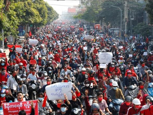 В Мьянме отстранили от работы более 125 тысяч учителей за участие в протестах