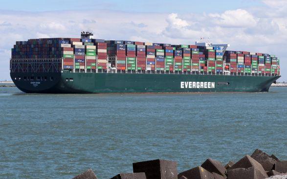 Владелец судна Ever Given считает, что Суэцкий канал виноват в его заземлении и хочет 100 тыс. долларов компенсации