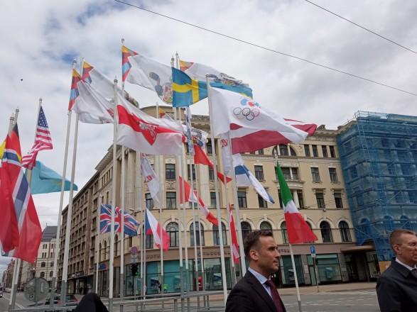 Власти Риги заменили флаг Беларуси на бело-красно-белый на инсталляции к ЧМ-2021 по хоккею