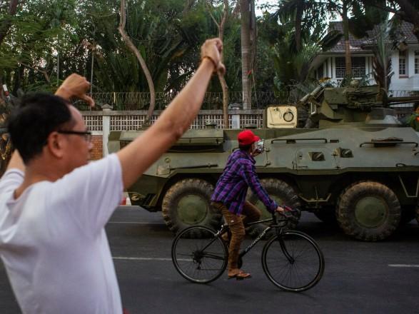 Военный трибунал Мьянмы приговорил к 20 годам заключения 28 человек за поджог фабрик, связанных с Китаем