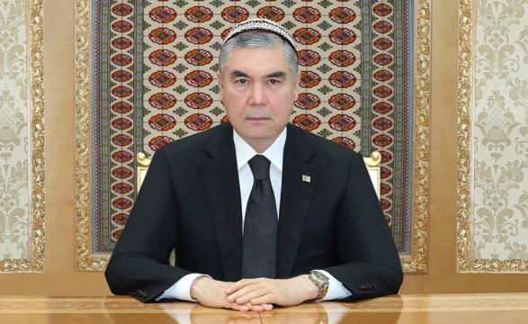В Туркменистане чиновников обязали побрить головы в память о смерти отца президента