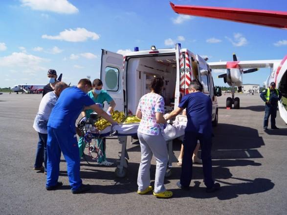 Из Запорожья в Киев самолетом транспортировали 3-летнюю девушку с тотальным поражением легких