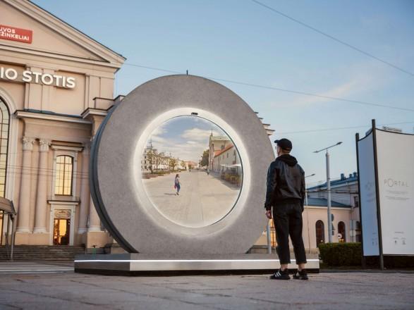"""В Вильнюсе и Люблине установили """"порталы"""": жители двух городов могут видеть друг друга в режиме реального времени"""