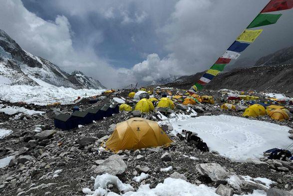 Альпинисты с Эвереста не могут вернуться домой из-за ограничений введенные Непалом