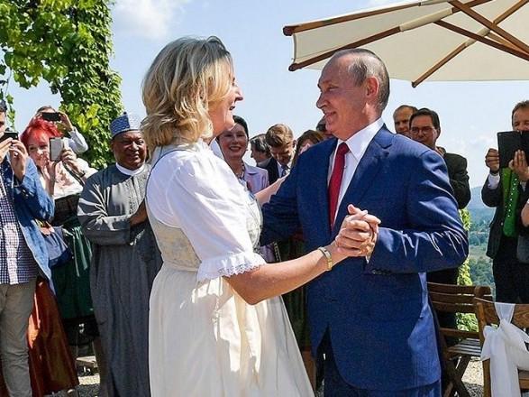 """Экс-глава МИД Австрии, которая плясала с Путиным на свадьбе, вошла в совет директоров """"Роснефти"""""""