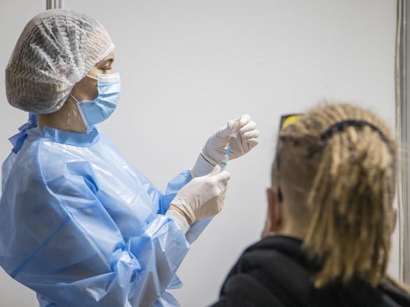 """Массовую COVID-вакцинацию в центрах для записанных через """"Дія"""" распространили на десять городов"""