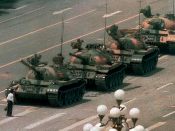 """Microsoft назвал """"человеческую ошибку"""" причиной исчезновения фотографии с протестов на площади Тяньаньмэнь из поиска"""