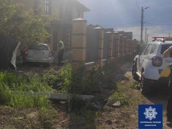 Убегал от полиции и влетел во двор, протаранив забор: под Киевом задержали пьяного водителя на угнанном авто