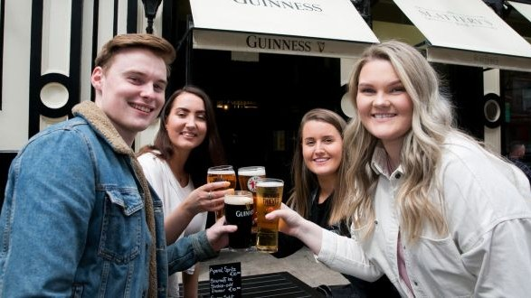 В Ирландии открылись пабы, рестораны и развлекательные заведения