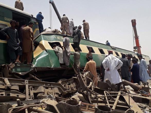 Число жертв столкновения поездов в Пакистане возросло до 62 человек