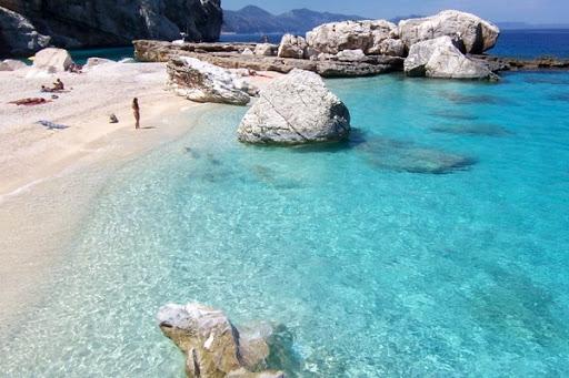 С пляжа Сардинии похитили 100 кг песка