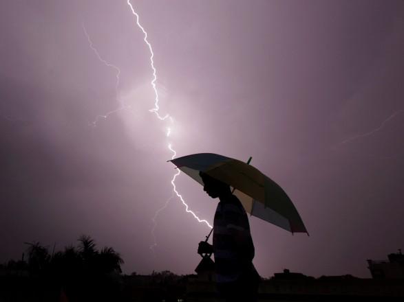 На востоке Индии от ударов молний за сутки погибли 27 человек