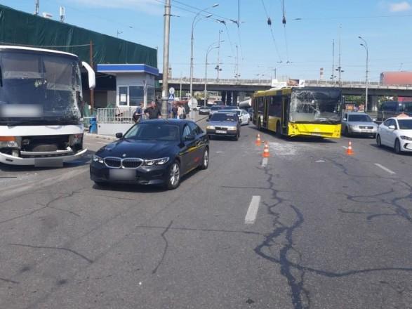 Пассажира с травмой головы забрали в больницу после столкновения двух автобусов в Киеве