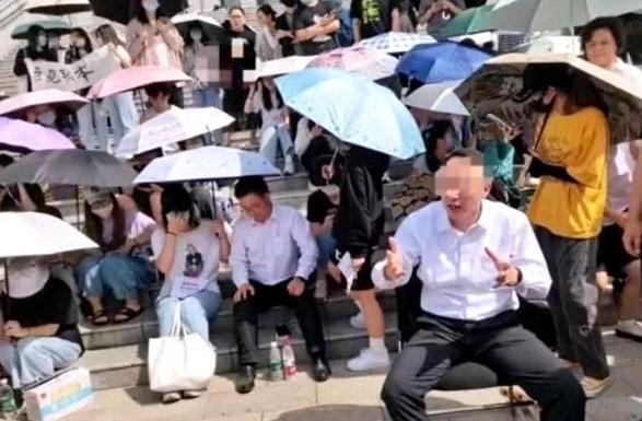 В Китае студенты колледжа взяли в заложники директора