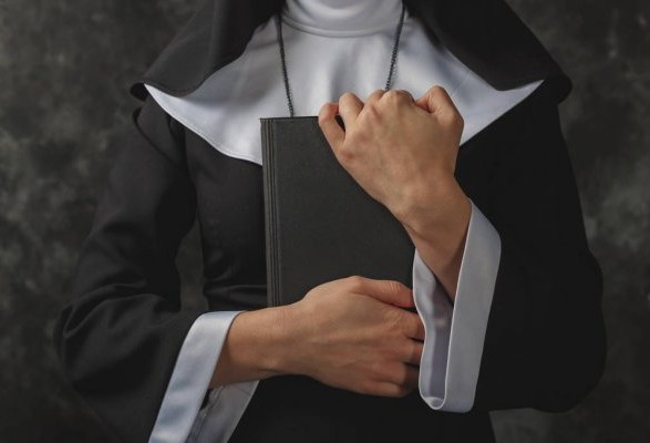 """В Лос-Анджелесе 79-летняя монахиня похитила более 800 тыс долл школы и """"спустила"""" их в казино"""