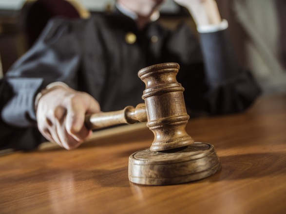 Во Львове осудили одного из правонарушителей, который облил краской памятник Бандере