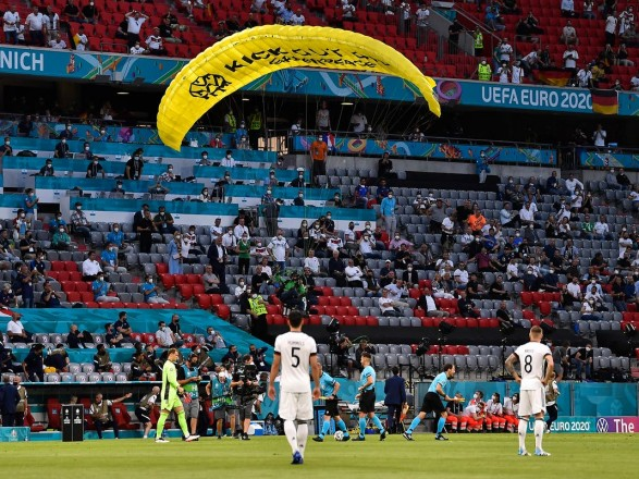 Евро-2020: перед матчем Франции и Германии на стадион приземлился парашютист из Greenpeace, несколько человек пострадали