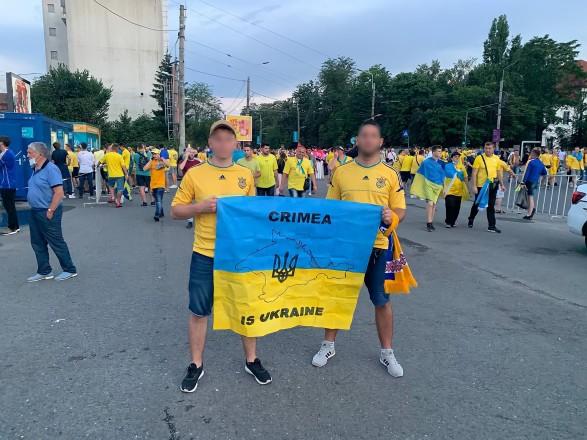 """В Бухаресте болельщиков с флагом """"Крым – это Украина"""" не пустили на матч с Австрией. МИД выясняет обстоятельства"""