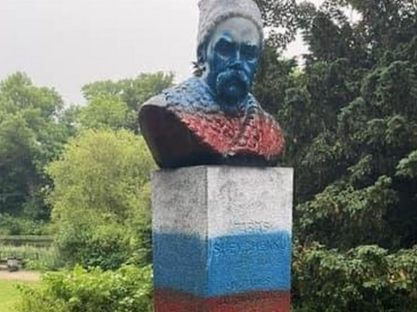 Перед матчем Россия-Дания памятник Шевченко в Копенгагене разрисовали в триколор