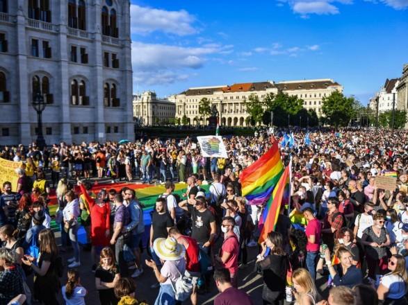 Права ЛГБТ в Венгрии: Берлин назвал ошибочным запрет УЕФА на радужную подсветку стадиона на матч Германия-Венгрия