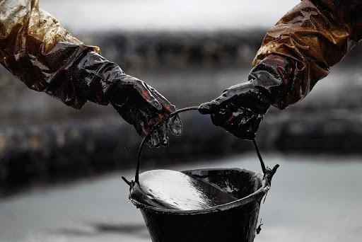 Нефть растет в цене на фоне сокращения запасов в США