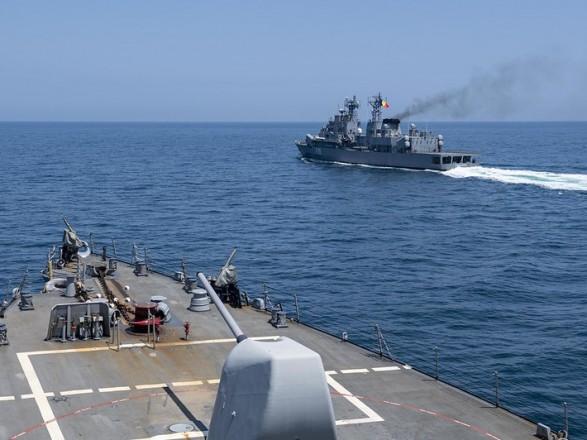 Ракетный эсминец ВМС США выходит из акватории Черного моря