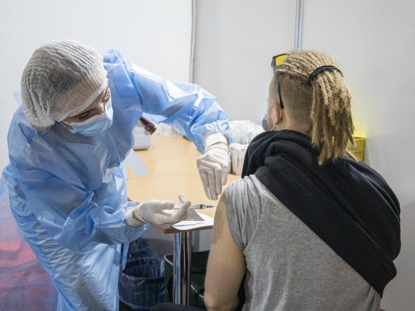 Число прививок от COVID-19 в Украине за сутки впервые приблизили к 100 тысячам