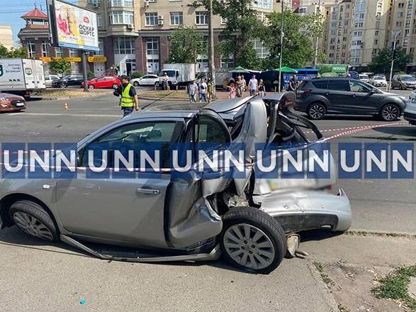 В результате ДТП на Оболони одну из машин отбросило на тротуар с людьми