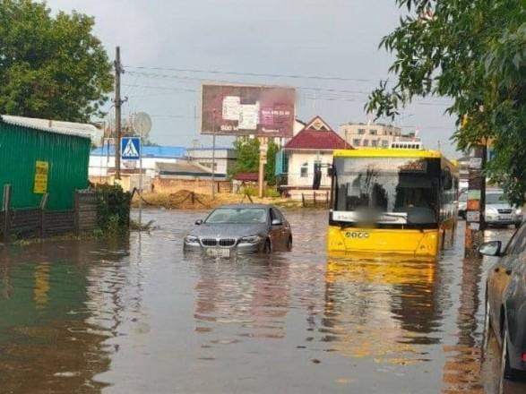 Непогода в Киеве: проспект Науки частично ушел под воду