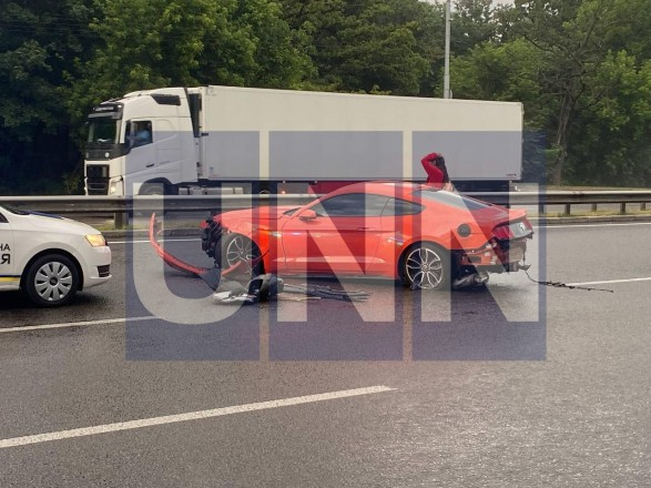 Безумная поездка на 30-летие: в Киеве мужчина на арендованном спортивном Ford Mustang попал в ДТП