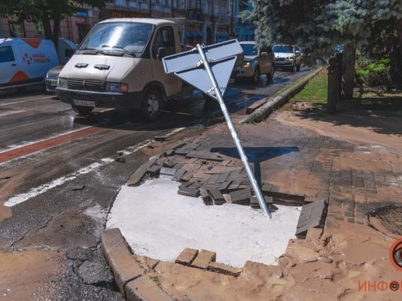 В центре Днепра девушка провалилась по шею в воду на тротуаре