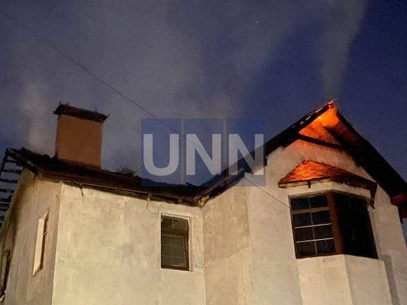 Ночной пожар на Троещине: почти полностью выгорел дом, есть пострадавший