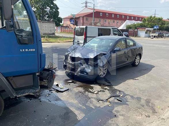 В Киеве произошла тройная ДТП: один из участников сначала скрылся с места аварии, но через полчаса вернулся