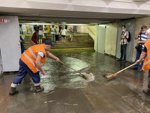 Ливень в Киеве: за полчаса выпала недельная норма осадков, одну подтопленную станцию метро снова открыли