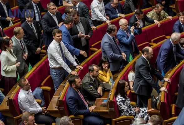 """За прогулы в июле хотят лишить """"депутатских"""" выплат 73 нардепов"""