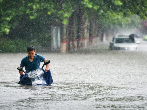 Число жертв разрушительного наводнения в Китае возросло до 25 человек
