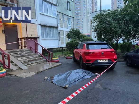 В Дарницком районе Киева разбился насмерть мужчина, выпав из окна многоэтажки