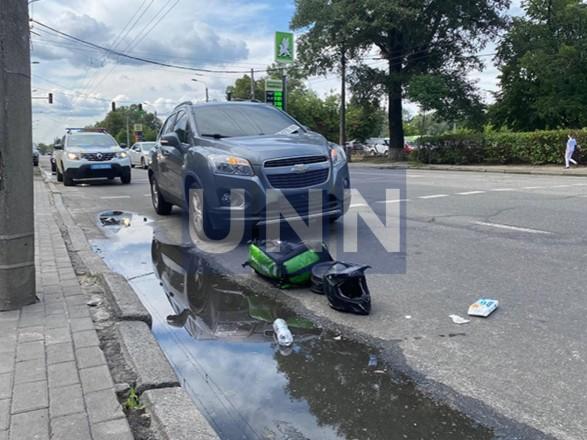 Получил переломы и ушибы: в Киеве Chevrolet 30 метров тащил на капоте курьера-мотоциклиста