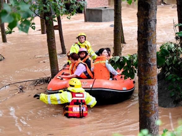 """""""Один раз в тысячу лет"""": жертвы в затопленном метро, волны в торговых центрах и другие детали разрушительного наводнения в Китае"""
