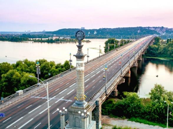 На мосту Патона снова прорвало трубу. Повреждение локализовали