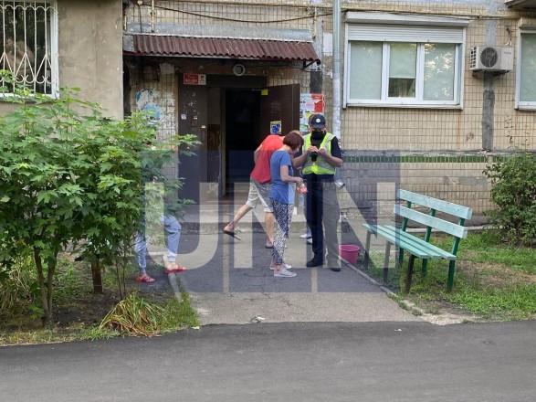 Ворвался в квартиру и порезал ножом двух женщин: в Киеве мужчина совершил жестокое нападение