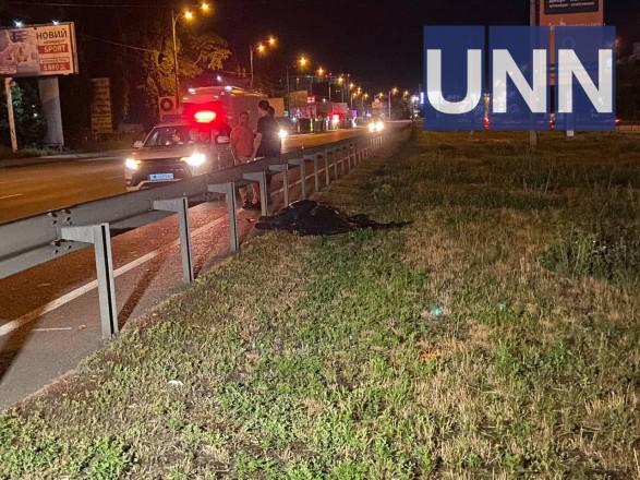 Перебегал четырехполосную дорогу: В Киеве на окружной дороге насмерть сбили молодого человека