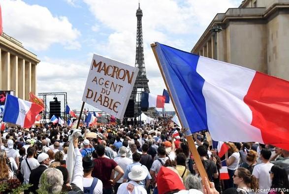 Во Франции более 160 тыс. человек выступили против антиковидных мер