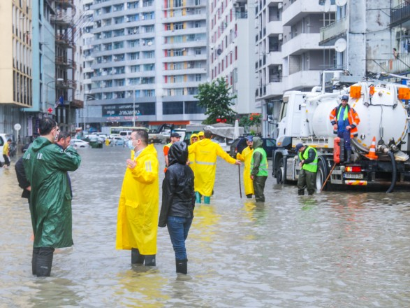 Большая вода накрыла Грузию. В Батуми дожди затопили улицы и здание ковидной больницы