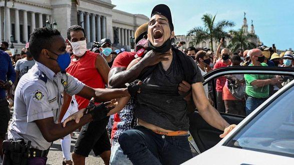 """ЕС призывает Кубу освободить """"произвольно задержанных"""" протестующих"""