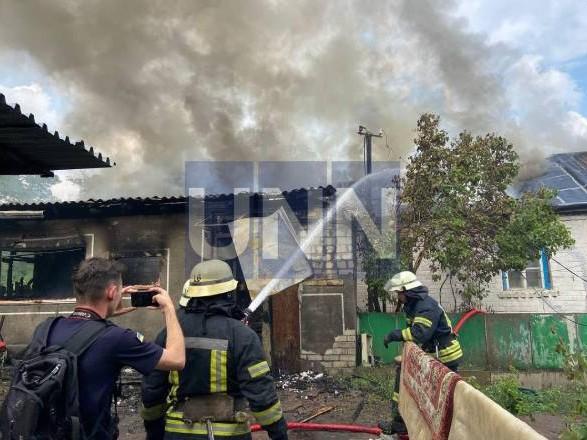 """В Киеве горел дом """"на две семьи"""". Вероятно из-за неисправной проводки"""
