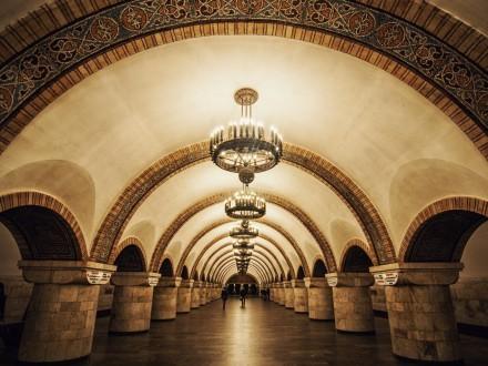"""Переход между двумя станциями метро в центре Киева закрыли. Нашли """"подозрительный предмет"""""""